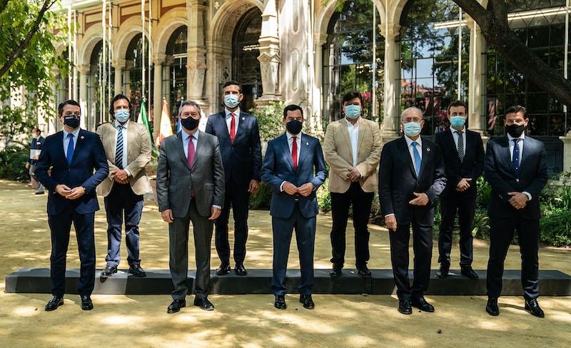 Andalusiens regionalpresident Juanma Moreno tillsammans med de åtta provinshuvudstädernas borgmästare, vid ett möte måndag 27 juli. Foto: La Junta de Andalucía