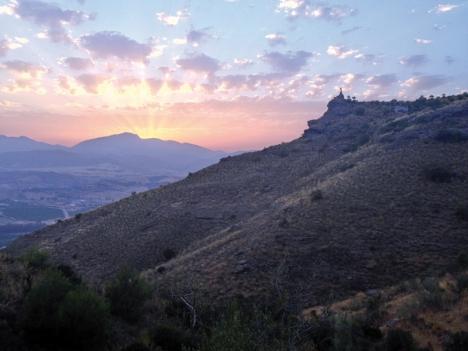 En kvällsvandring till Santo de Pizarra medför att man även får uppleva den fantastiska solnedgången från denna plats.