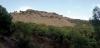 Den relativt korta vandringen bjuder på flera olika etapper, genom både grottor, pinjeskog och mer karg bergsmiljö.