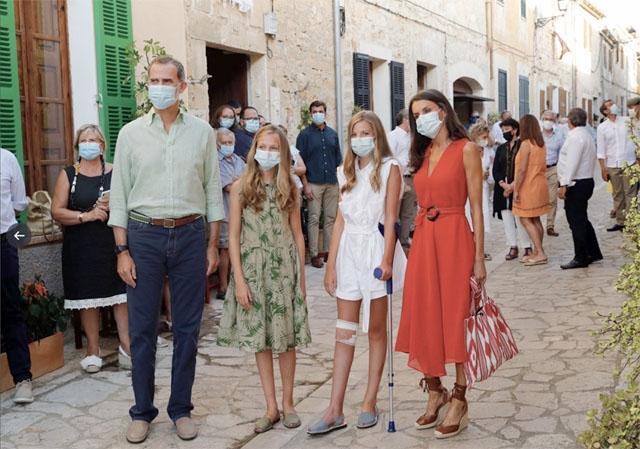 Kungafamiljen på besök i byn Petra, på Mallorca. Foto Casa Real