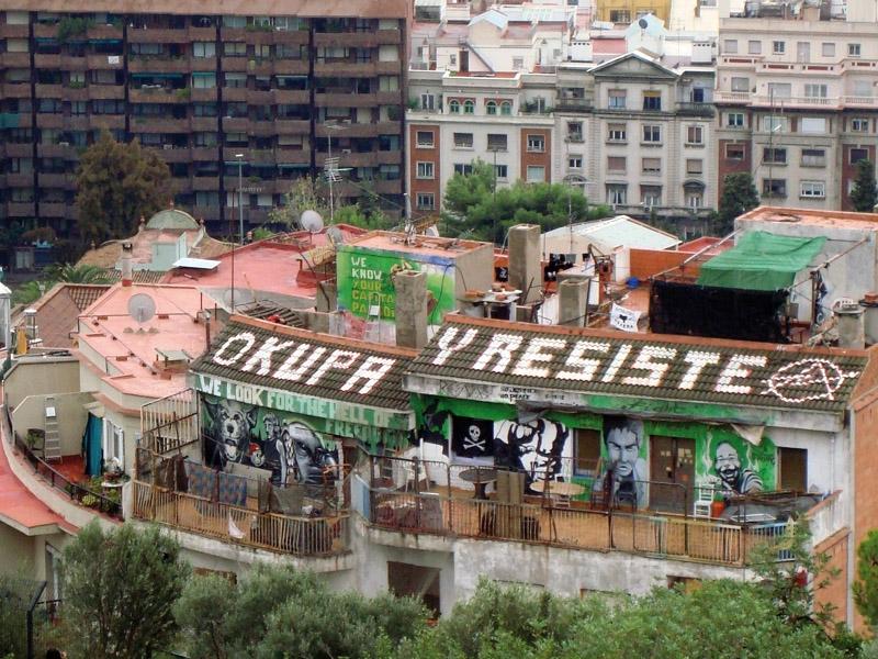 Långt ifrån alla husockupanter i Spanien är anarkistiska grupper. De flesta är personer som håller en låg profil och som utnyttjar de många kryphålen i den spanska lagstiftningen för att förskansa sig i bostaden i månader och ibland år.