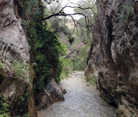 I sommar råder totalförbud att besöka och bada i ån Chíllar, något som dock ignoreras av en del personer.