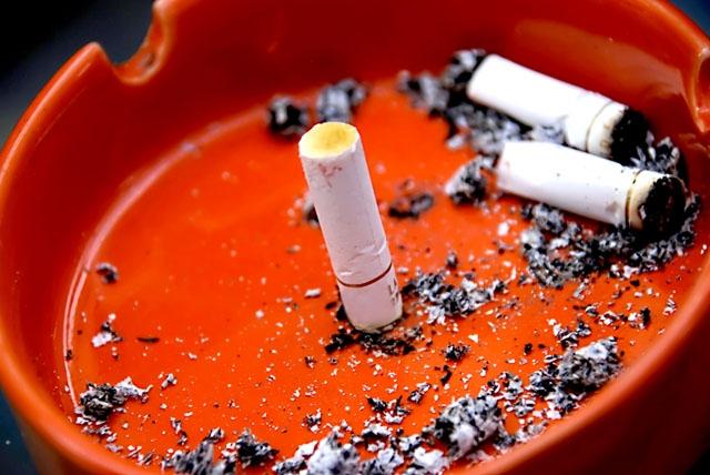 Rökförbudet gäller så länge det ej går att hålla avstånd på minst två meter till andra människor.