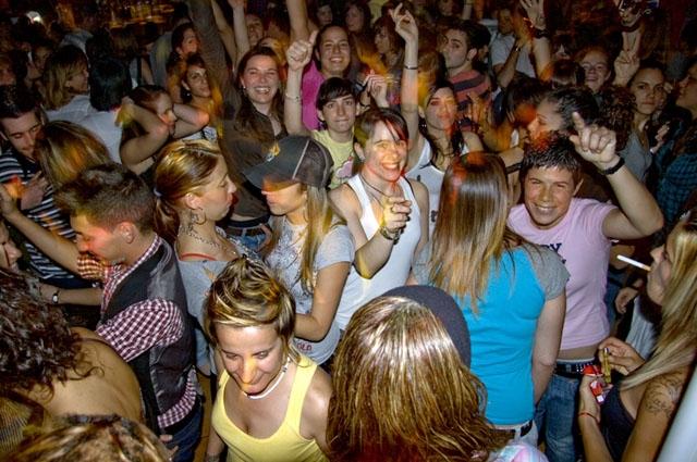 Den omfattande smittspridningen bland inte minst ungdomar har föranlett beslutet om total stängning av diskotek och nattklubbar. ARKIVBILD