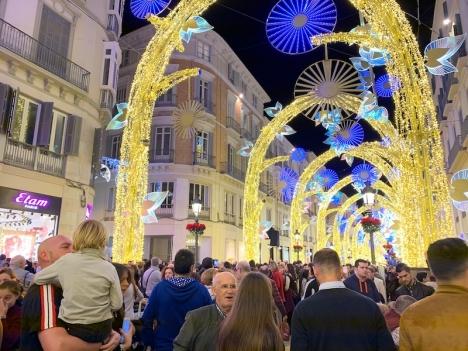 Málagas julbelysning lockar stora mängder besökare varje år.