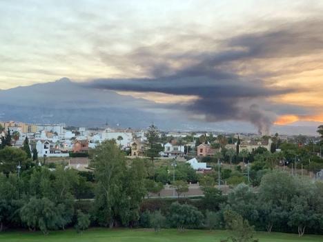Röken från branden kunde ses från långt håll i västra Marbella. Foto: Lars Isacsson