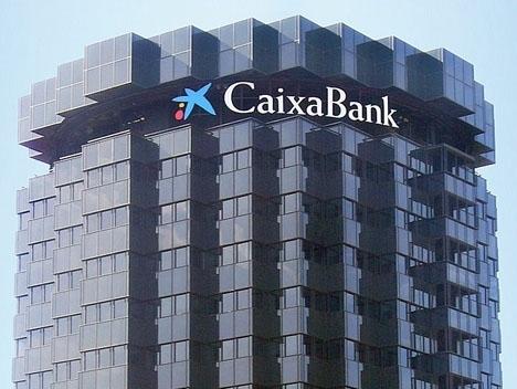 CaixaBank är den största av de två aktörerna, med ett kapital på omkring 442 miljarder euro.