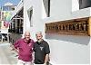 Prästen Bengt Bergius och föreståndaren Pelle Folkesson utanför svenska kyrkan i Los Cristianos. Kyrkan är en väl inarbetat samlingsplats i Los Cristanos, 300-400 personer kommer varje dag för att fika, läsa tidningen och träffa sina vänner.