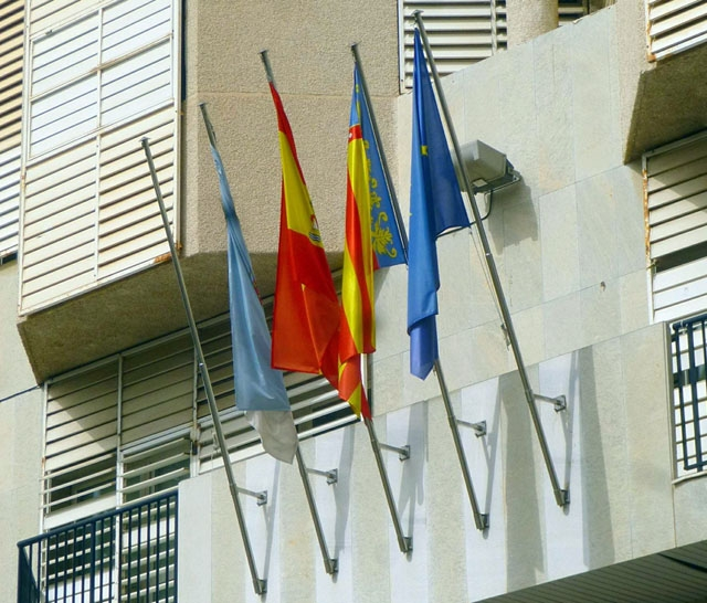 Flaggor vid rådhuset i Torrevieja. Foto: Zarateman/Wikimedia Commons