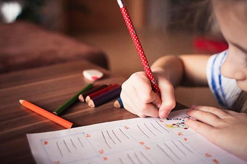 Trots höga ambitioner kan endast fem av 17 regioner garantera undervisning i skolan för alla åldrar. Resten tvingas kombinera närvaro med hemundervisning, på grund av dåliga förberedelser och bristfälliga resurser.