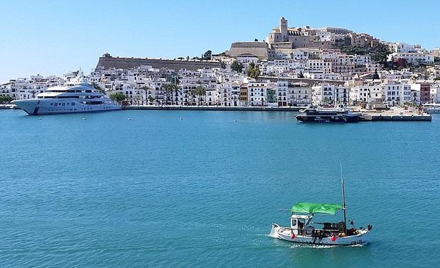 Flera kvarter även i Ibiza stad väntas hamna i karantän denna vecka. Foto: RoxFuchs/Wikimedia Commons