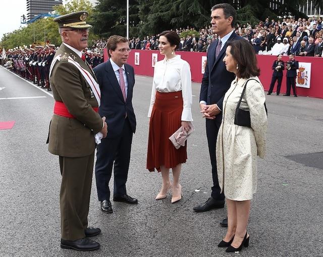 Díaz Ayuso och Pedro Sánchez (mitten) i samband med firandet av Spaniens nationaldag 12 oktober, förra året.