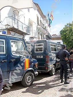 Nationalpoliser slog 29 mars till mot bland annat rådhuset, vid Plaza de Los Naranjos i Marbella. Foto: Carmen Téllez Valle