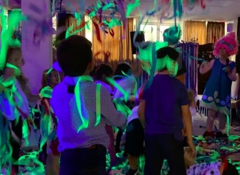 Spanska barnkalas är ett kostsamt gissel, men bygger en gemenskap där mobbing har svårt att få fäste.
