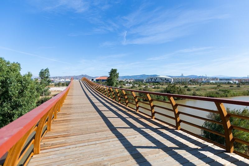 Gångbron över floden Guadalhorce möjliggör för fotgängare och cyklister att passera det vackra naturområdet i sydvästra Málaga. Foto: Ayuntamiento de Málaga