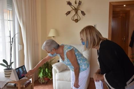 Fuengirolas borgmästare Ana Mula (PP) besöker en av de äldre som får hjälp i hemmet av en digital assistent. Foto: Ayuntamiento de Fuengirola