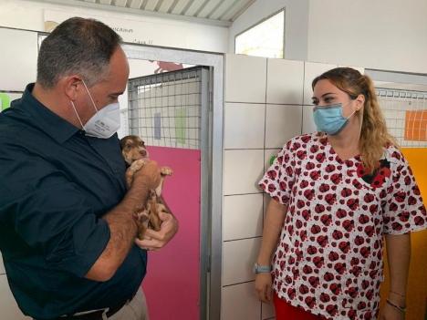 Fuengirolas hälsoråd Javier García Lara tillsammans med adoptionssamordnare Paula Ortiz. Foto: Ayuntamiento de Fuengirola