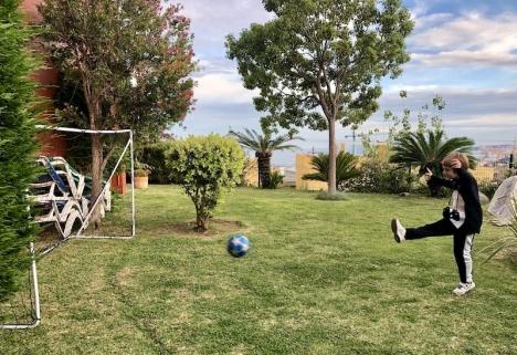 Att spanska barn lever i rädsla och inte får lov att sparka boll, är en skev bild av verkligheten. Bilden togs 15 maj och både då och nu är det tillåtet att spela fotboll.