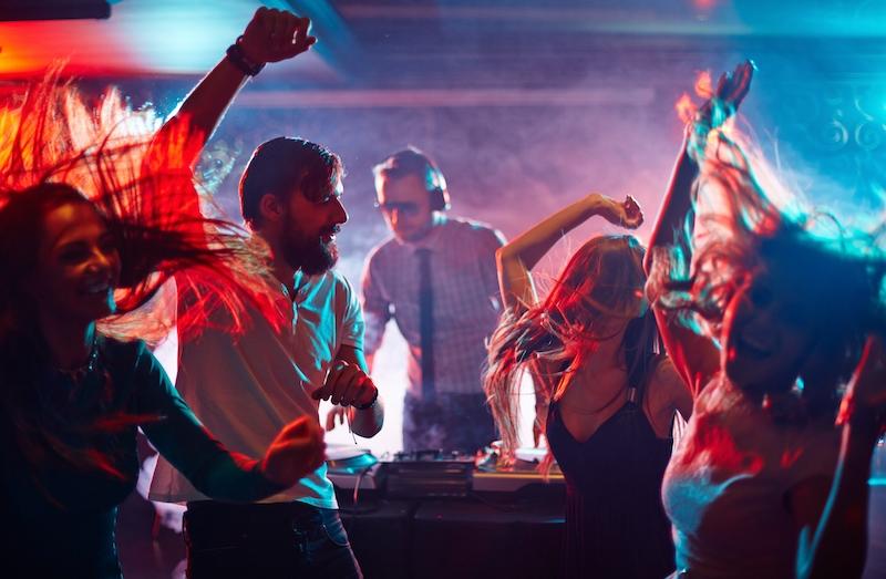 Polisen har ingripit mot en restaurang i Málaga som utan tillstånd arrangerade fest med DJ. Mer än 150 personer dansade, de flesta utan munskydd.