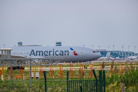 American Airlines döms till skadestånd för att ha lämnat två passagerare på marken i Barcelona.