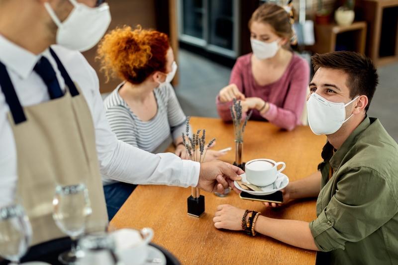Även om de flesta smitthärdarna uppstår på träffar mellan familj och vänner, anges barer och restauranger endast vara källan i tre procent av fallen.