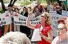 En grupp uppretade Marbellabor demonstrerade utanför rådhuset och fullmäktigesalen.