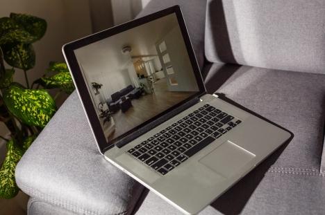 Tack vare digitala verktyg fortsätter mäklarna att sälja bostäder online när viruset försvårar visningar IRL.