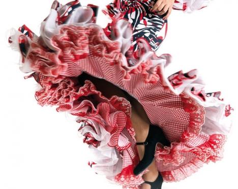 Flamencoklänningen, som har sitt ursprung i Sevilla, inspirerar ständigt modet med sina volanger och fransar.