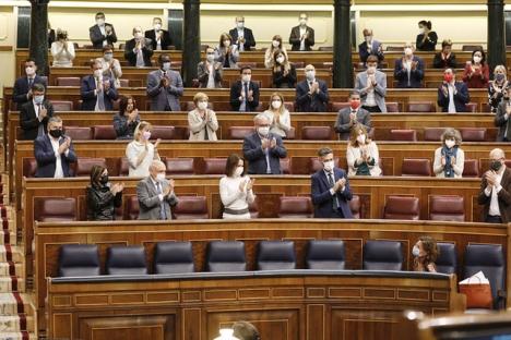Budgetministern María Jesús Montero applåderas av de socialistiska ledamöterna efter att budgetpropositionen 12 november klarat det första och viktigaste steget i parlamentet. Foto: PSOE