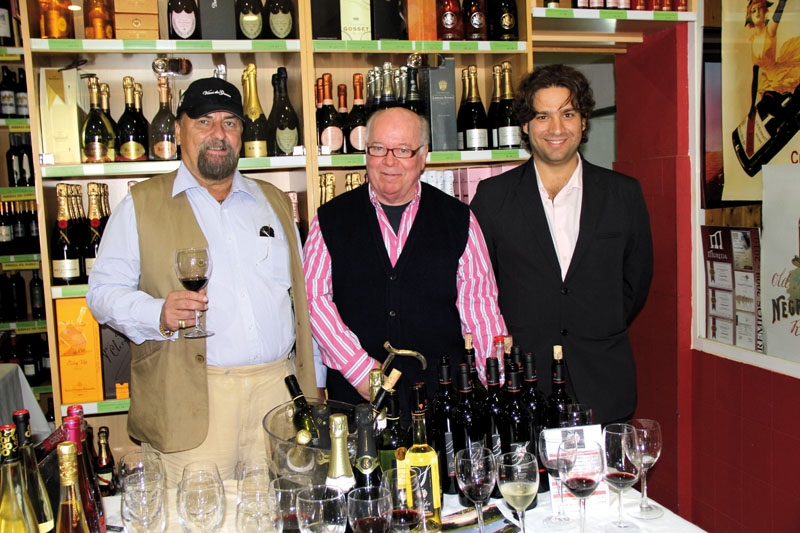 Efter nära 30 år som Sydkustens vinskribent går Björn af Geijerstam (mitten) nu i pension. På bilden med Rickard Enkvist och Manuel Cozar Cabañas, från Bodegas Cezar.