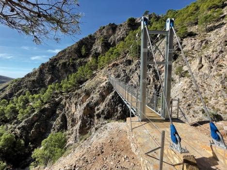 Den 52 meter långa hängbron över vattendraget Almachares, är en av de tre längsta i sin kategori i Spanien och ledens främsta attraktion.