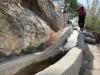 Detta är ingen familjeutflykt. Stundtals finns ingen stig alls, utan man får balansera på en smal cementavsats vid en vattenkälla.