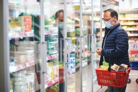 I Andalusien får endast nödvändiga produkter som livsmedel, säljas efter klockan 18. Varuhus som även säljer exempelvis leksaker och kläder måste spärra av dessa sektioner.