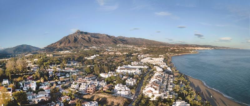 Den ockuperade villan ligger i ett exklusivt område intill en golfbana i Nueva Andalucía.