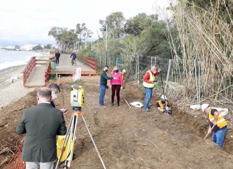 Borgmästare Ángeles Muñoz besökte 24 november bygget av den nya sträckan av kustpromenaden. Foto: Ayuntamiento de Marbella