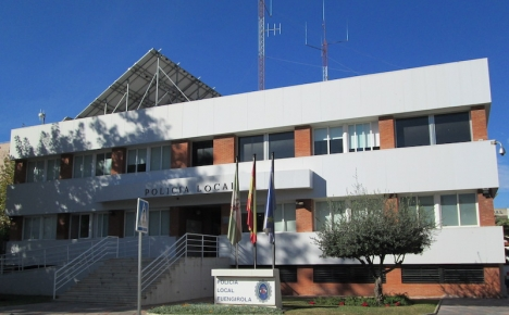I Fuengirola hjälper lokalpolisen till att kontrollera så att personer med SARS-CoV-2 verkligen försätter sig i karantän.