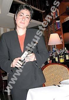 Olimpia jobbar sedan fyra år tillbaka på stjärnkrogen Café de Paris i Málaga. Hon trivs bra trots långa dagar och lite ledighet. Hon kan inte tänka sig att jobba på vilken bar som helst.