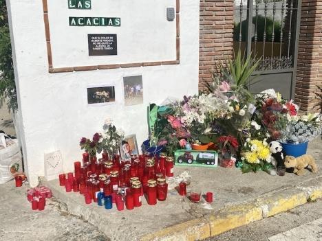 Blommor och ljus vid platsen där dådet inträffade.
