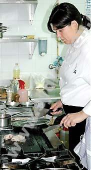 """Celia Jiménez är enda kvinnliga kocken i Andalusien som uppnått en stjärna i Guide Michelin till sin restaurang. """"Som kvinna får du jobba dubbelt så hårt för att kunna avancera, men de kvinnliga kockarna kommer allt mer."""""""