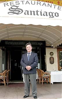 Santiago öppnade sin restaurang med samma namn långt innan turisterna kom till Marbella. De bästa åren var mellan 1981 och 1986. Kriserna har varit många men nu säger han att de värsta krigen är utkämpade.