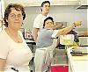 María España kockar tillsammans med tre kollegor på några få kvadratmeter i Tropicanas kök.