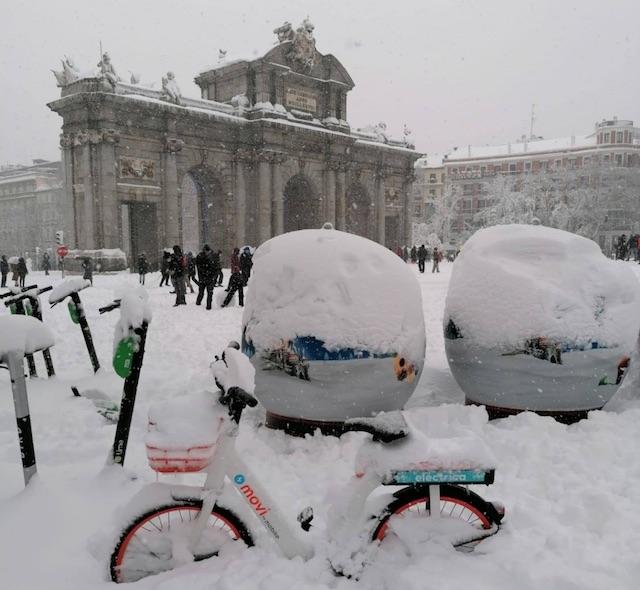 Många av Madridborna har aldrig sett så mycket snö i huvudstaden. Foto: Varima Garrido