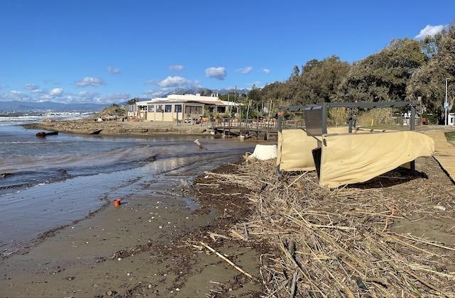 Förödelsen efter stormen vid en av strandrestaurangerna i östra Marbella.