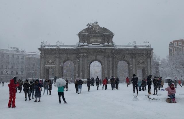 Rekordsnön i Madrid börjar lämna väg för istäcken, som utgör en stor hälsofara.