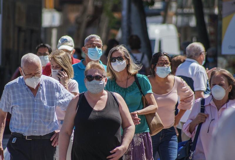 Nästan 100 procent av spanjorerna använder munskydd. En majoritet anser generellt att pandemiåtgärderna borde varit striktare.