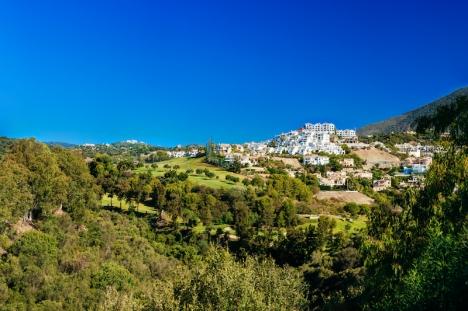 Generellt är taxeringsvärdena tre gånger så höra på kusten som i de inre delarna av Málagaprovinsen. Med ett stort undantag, Benahavís.