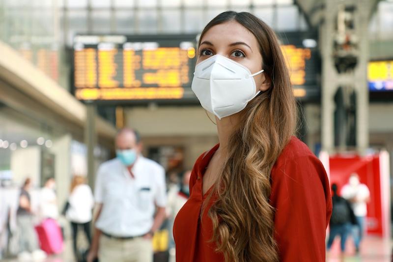 Många experter och även en del politiker vill införa krav på munskydd av typen FFP2. Dock finns i dagsläget inte kapacitet så det räcker till hela befolkningen.