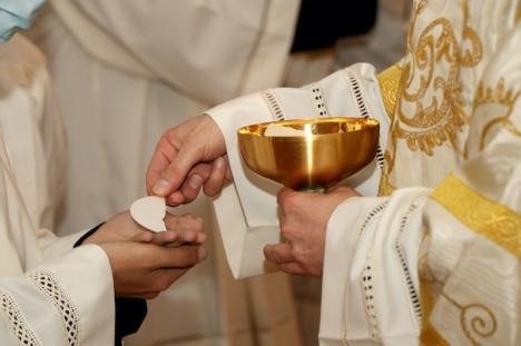 En präst i Alicante har anmälts vid ett flertal tillfällen för att inte följa gällande säkerhetsnormer. Några veckor senare befanns han smittad, tillsammans med ytterligare 24 personer.