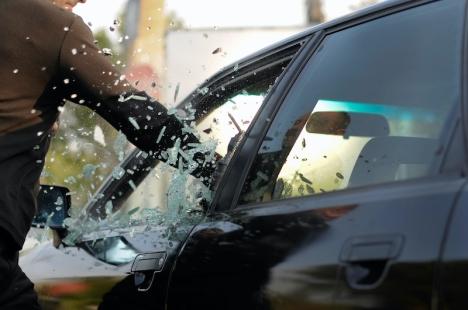 Ligan genomförde sina inbrott på främst hyrbilar, genom att antingen slå sönder bilfönstret eller manipulera låset.