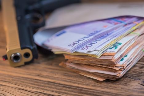 Butiksföreståndaren som hotades med pistol, visade sig i själva verket ligga bakom planeringen av rånet.